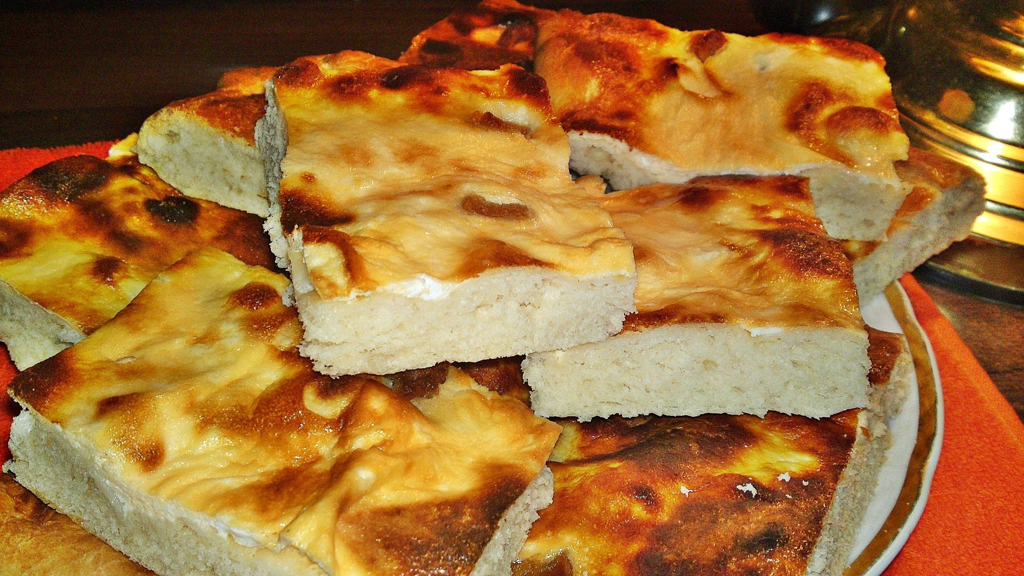 Smetanový koláč s domácími škvarky