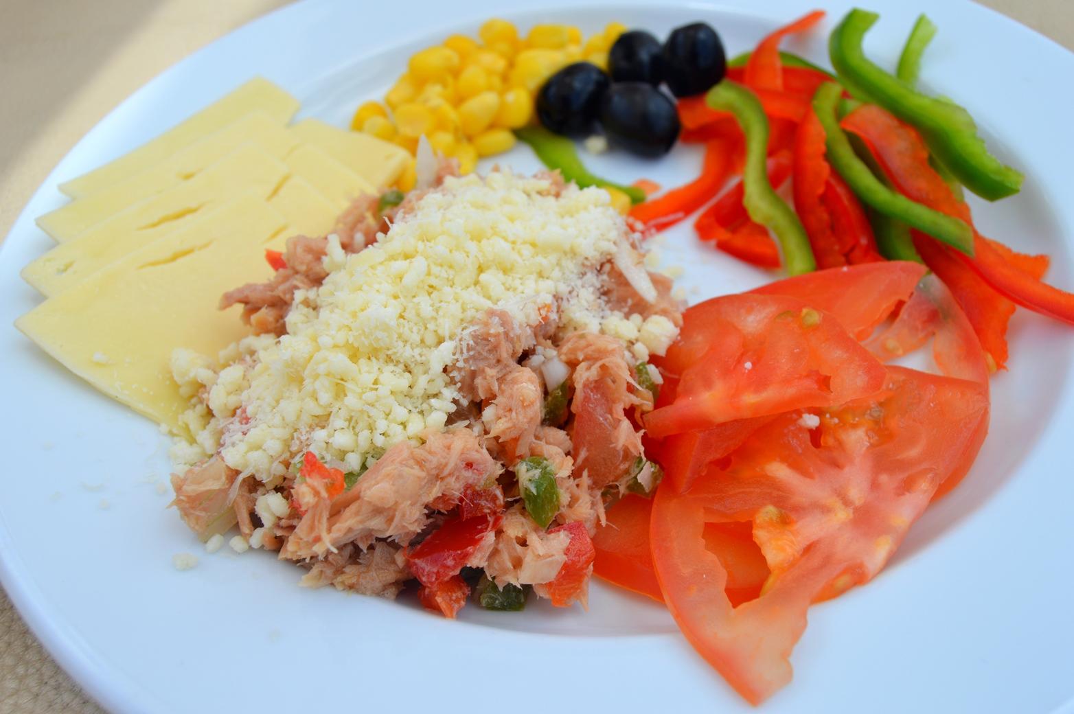 Tuňákový salát s cibulí, paprikou a parmazánem