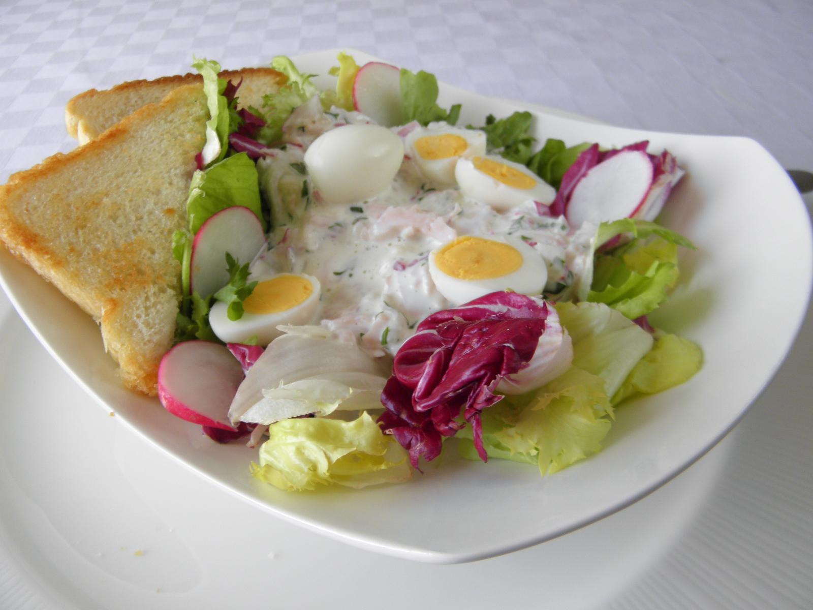 Ředkvičkový salát se šunkou a křepelčími vejci