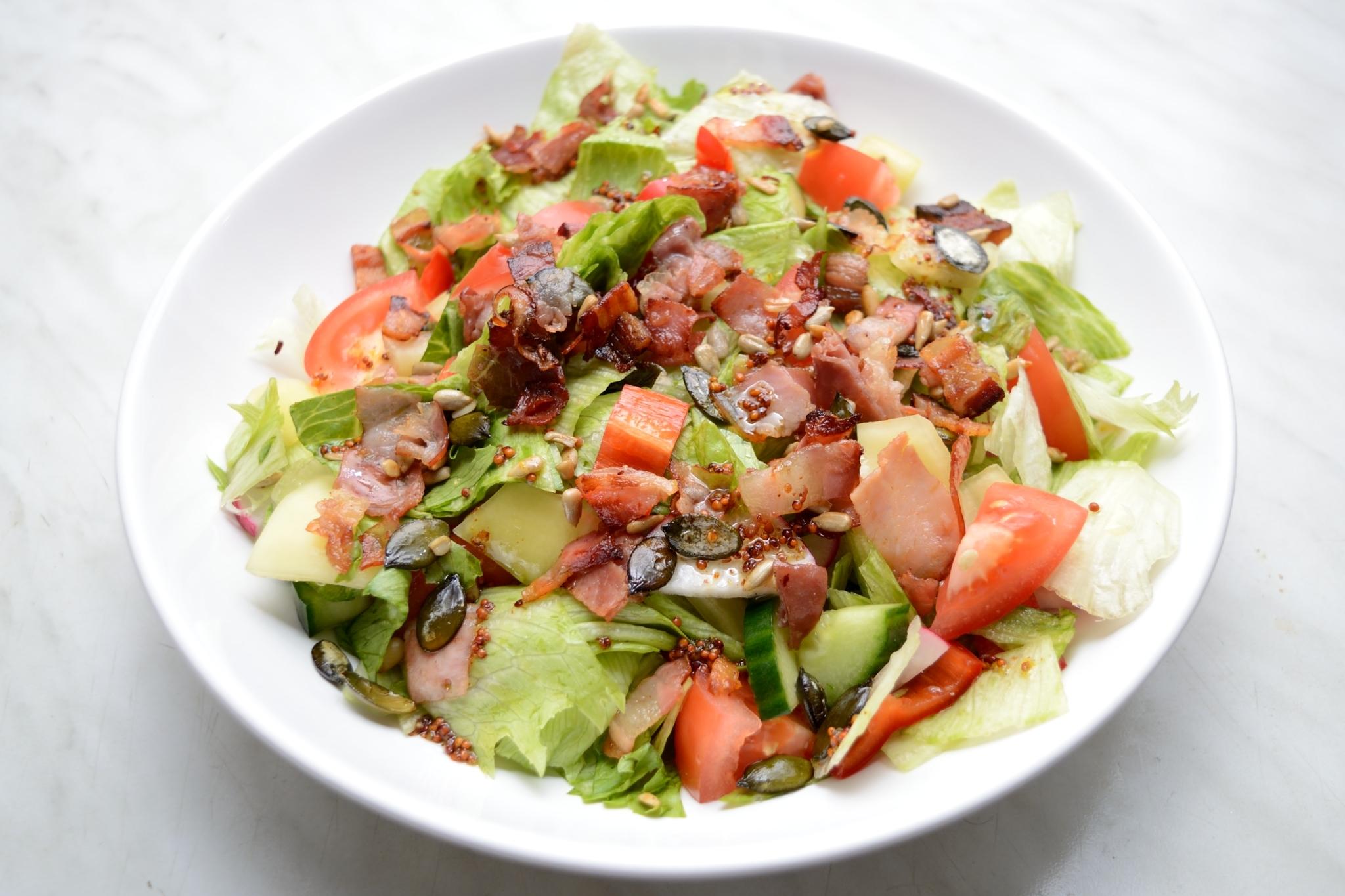 Zeleninový salát se slaninou