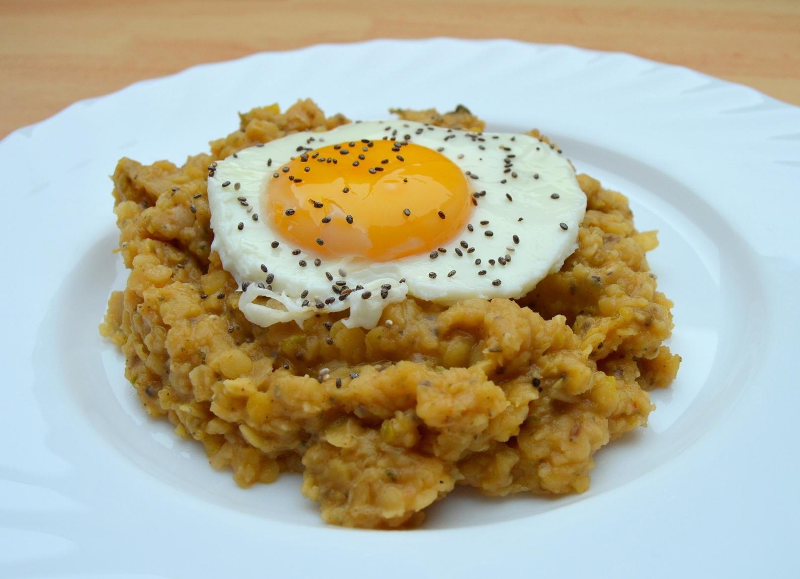 Červená čočka s vejcem a chia semínky