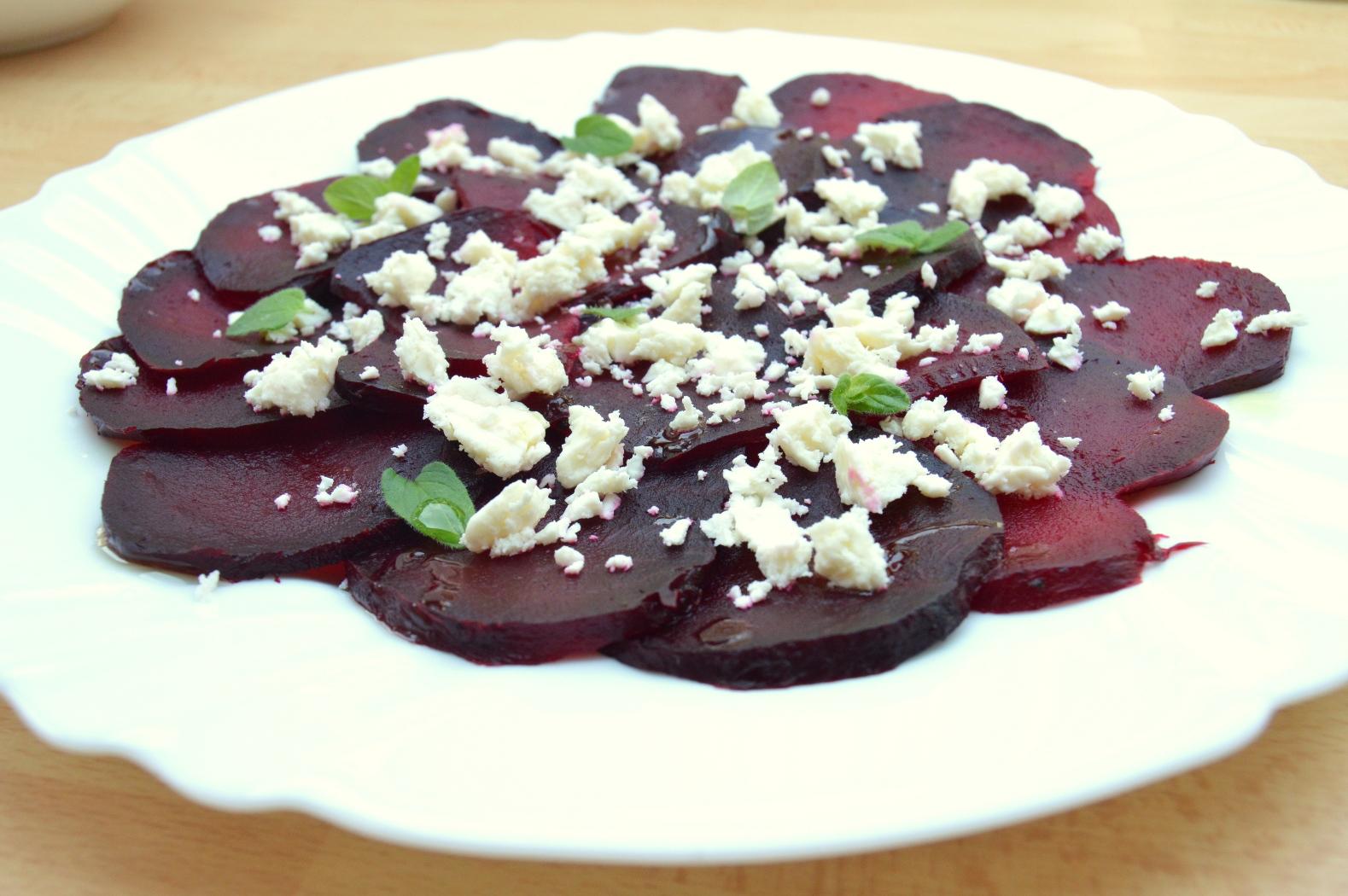 Pečené plátky červené řepy s balkánským sýrem