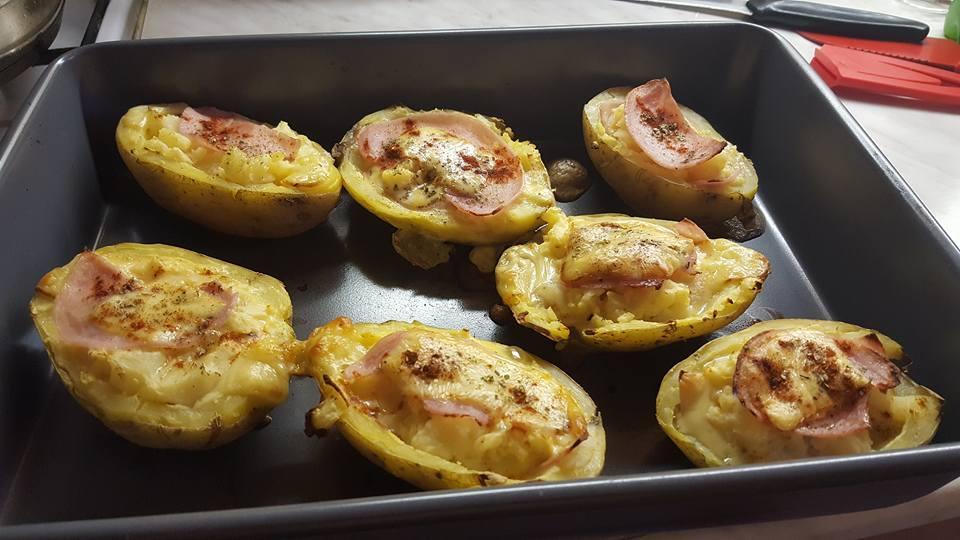 Plněné pečené brambory s nivovým vejcem