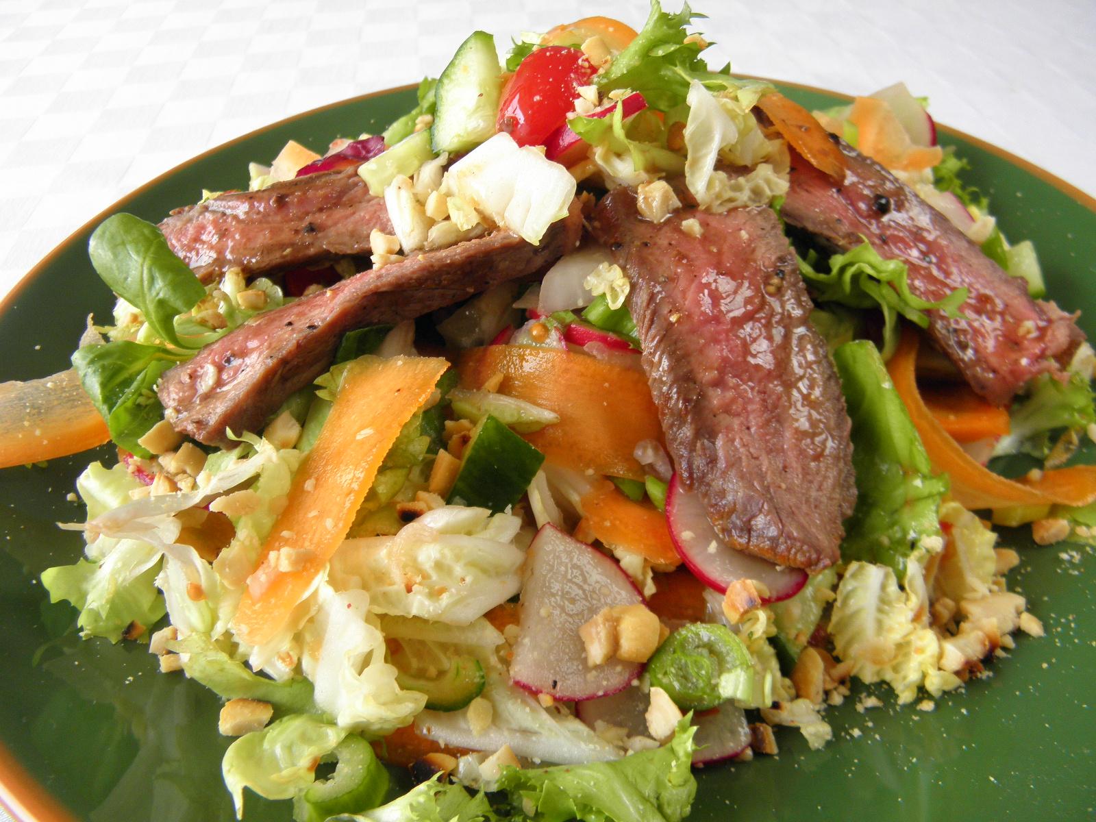 Pestrý salát s hovězím masem