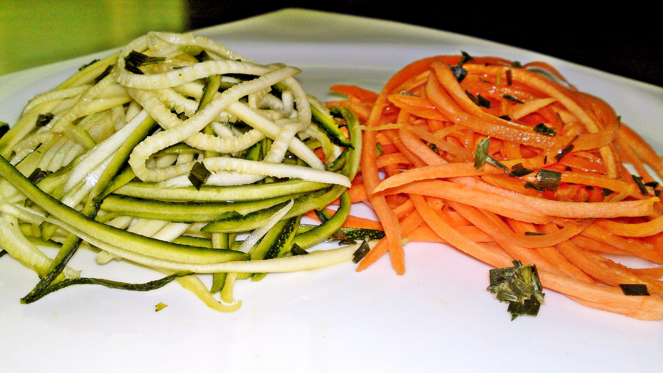 Raw špagety z cukety a mrkve jako salát