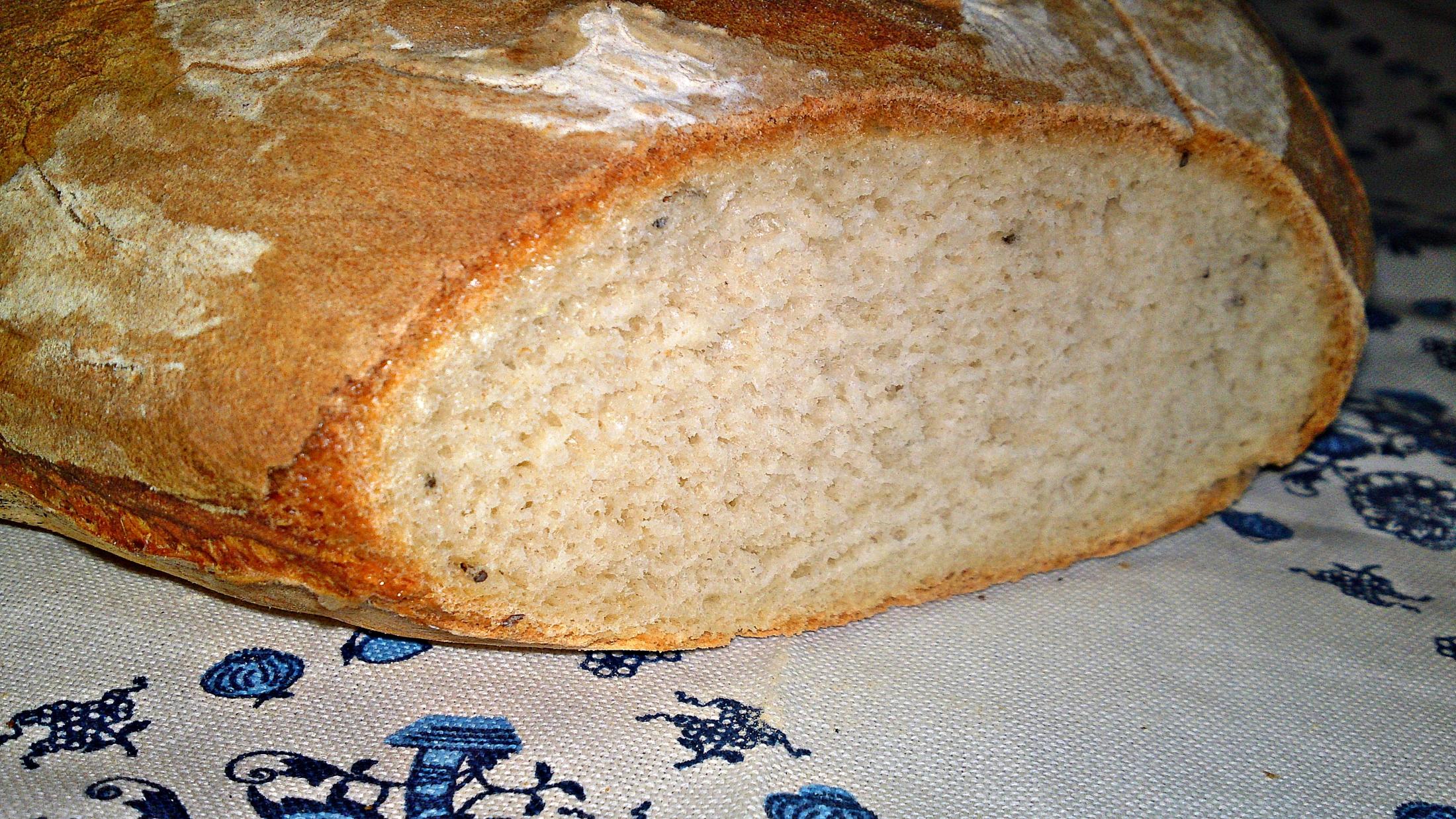 Můj první ošatkový domácí bílý bramborový kmínový chléb