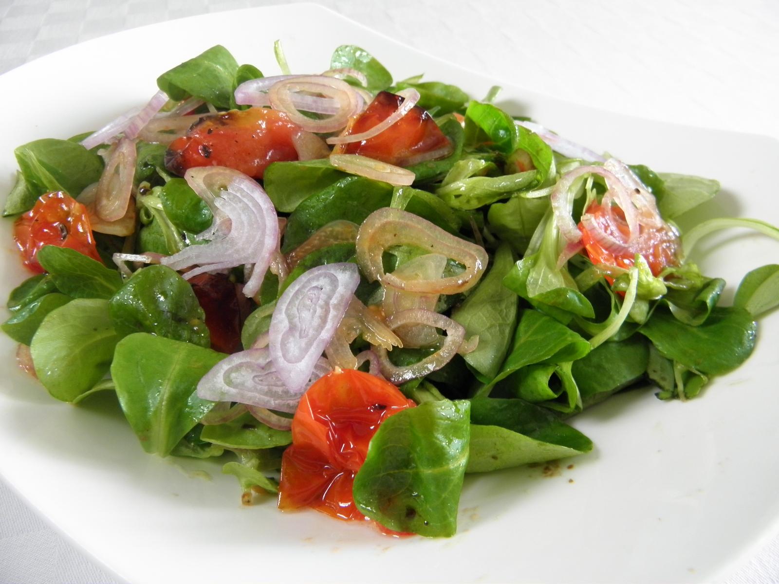 Salát polníček s pečenými rajčaty