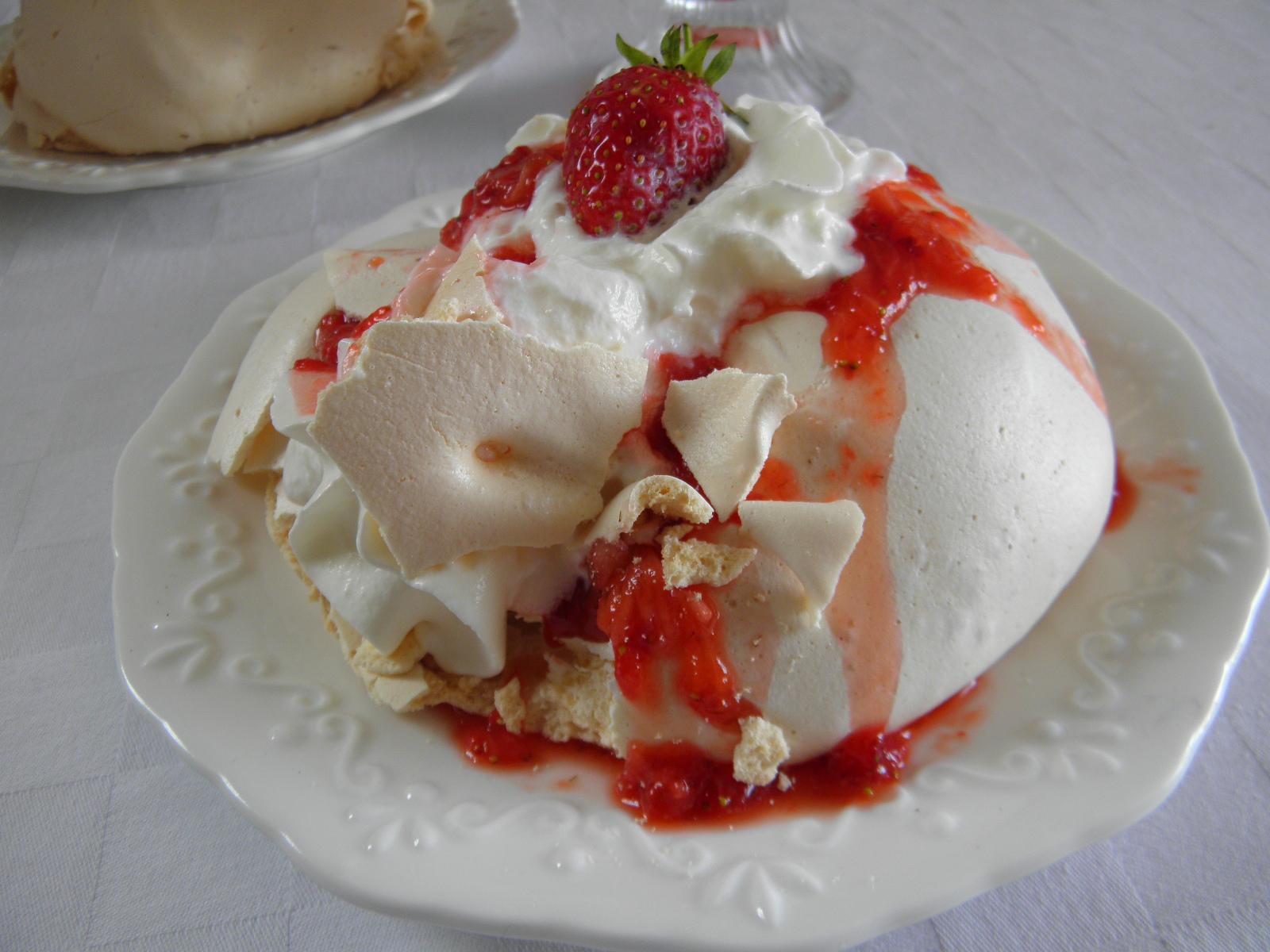 Bezé bochánky s jahodami a šlehačkou