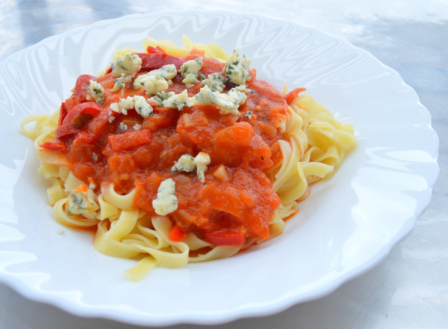 Fotografie receptu: Těstoviny s rajčatovou omáčkou a modrým sýrem