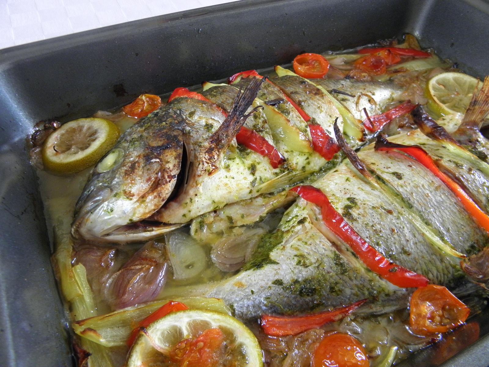 Pražma pečená s rajčaty a paprikou