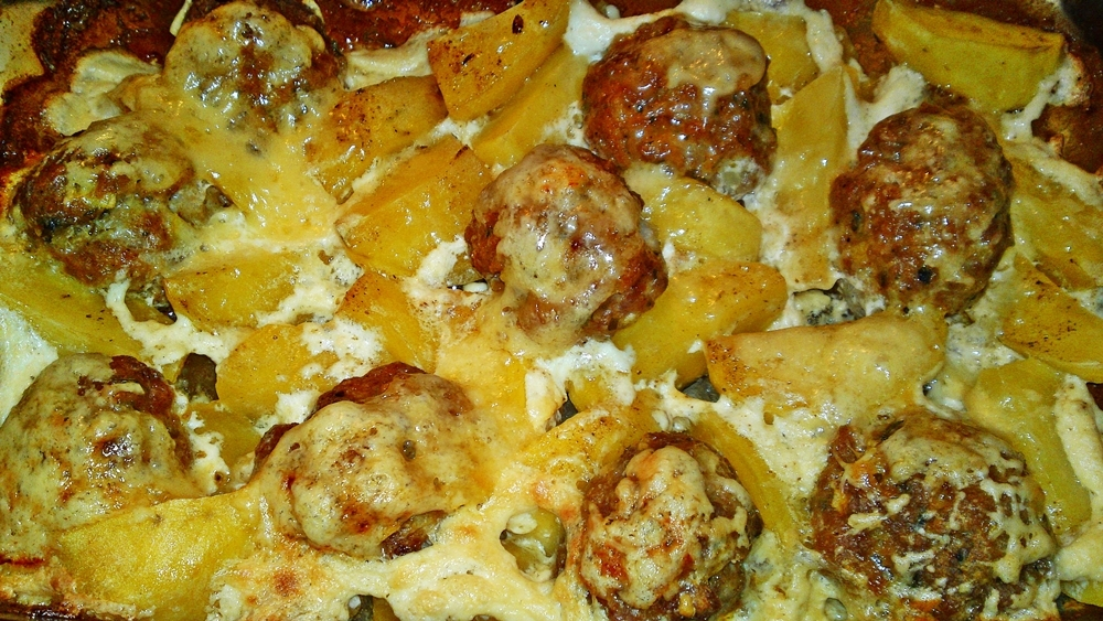 Masové kuličky s bramborami zapékanými se smetanou a sýrem