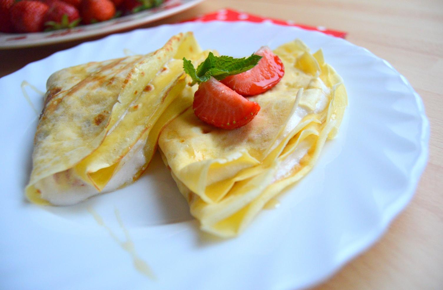 Palačinky s jahodovo-smetanovou náplní