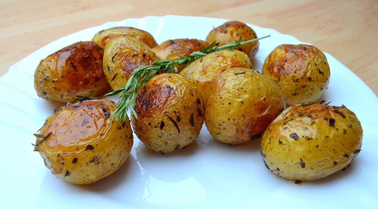 Pečené nové brambory s bylinkami