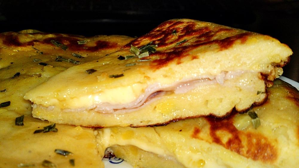 Plněný bramborový koláč se šunkou a sýrem