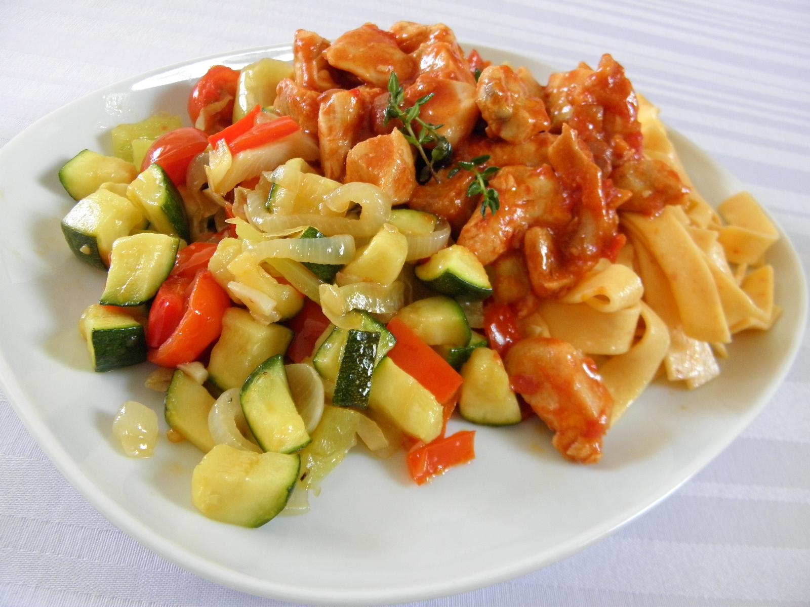Pikantní kuřecí kousky se zeleninovou směsí
