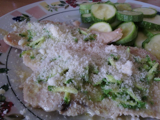Kuřecí plátek s česnekovou cuketou a parmazánem