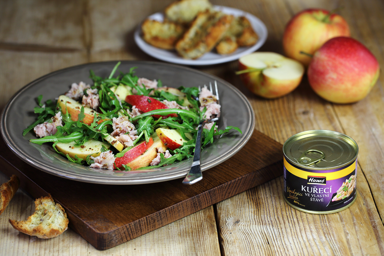 Kuřecí salát s rukolou, jablkem a dresinkem z hrubozrnné hořčice