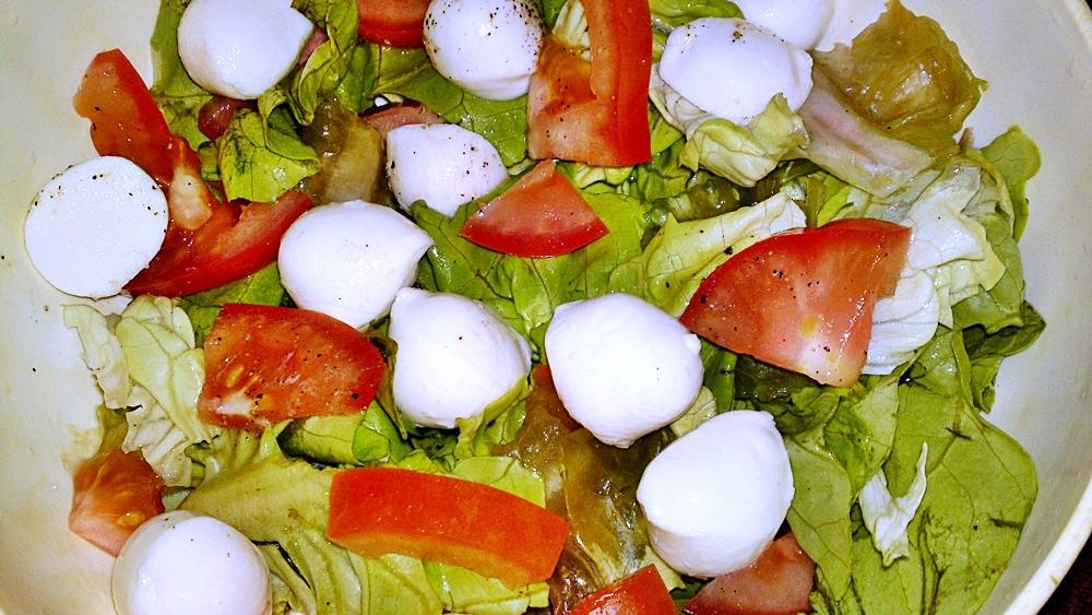 Hlávkový salát s mozzarellou a rajčaty
