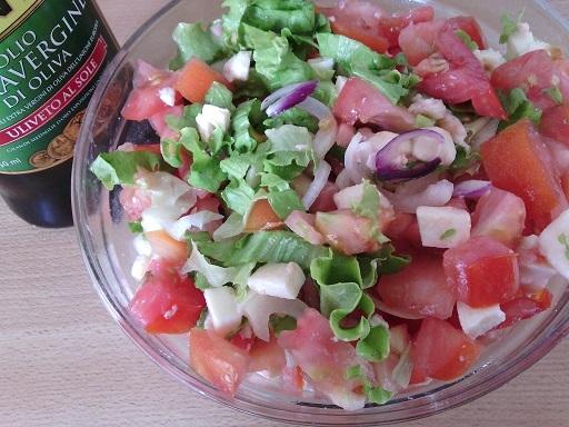 Míchaný salát s červenou cibulí