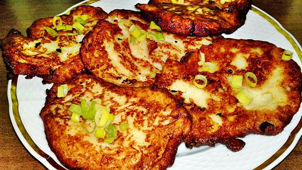 Placky z bramborové kaše a strouhaného sýra