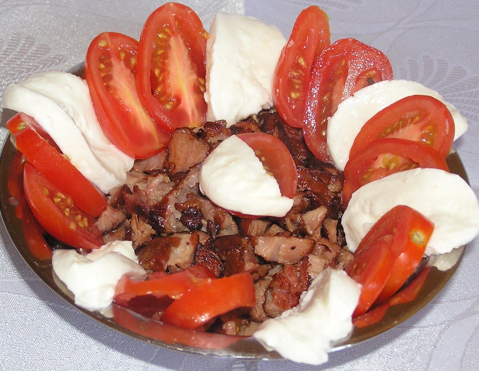 Uzený salát s mozzarellou a rajčaty