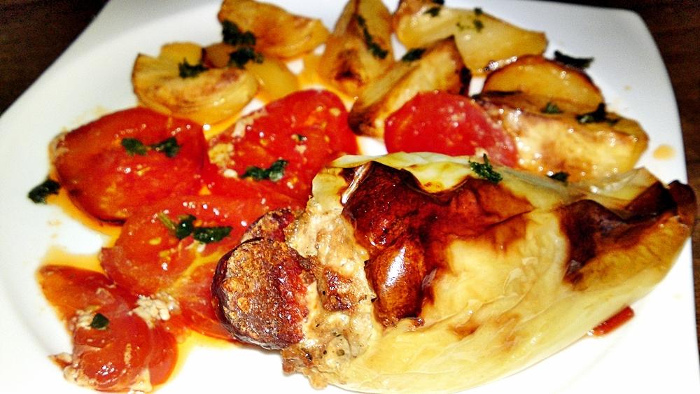 Pečené papriky s hřibovo-masovou náplní na lůžku z pečených rajčat