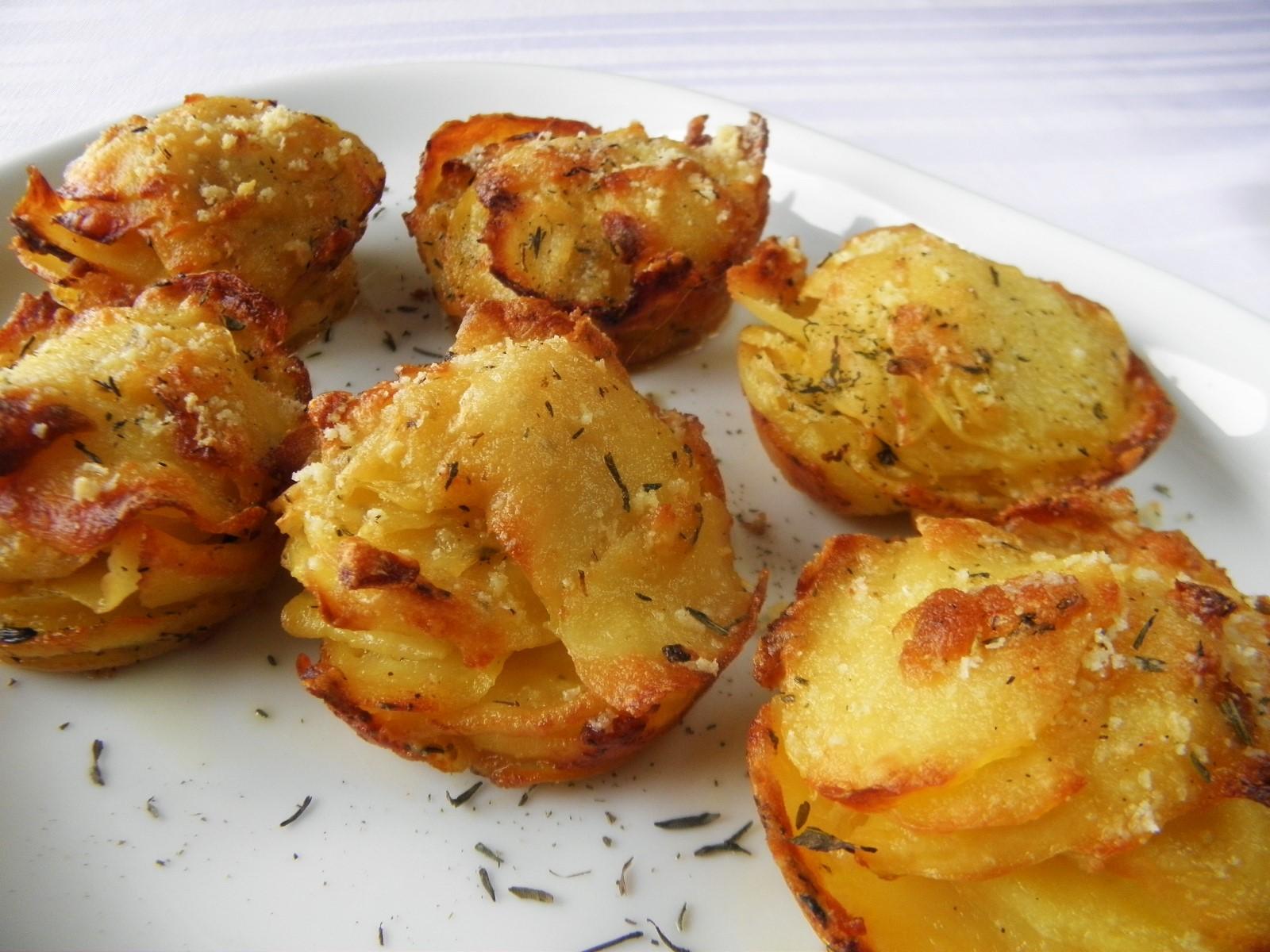 Zapečené bramborovo-česnekové košíčky se sýrem