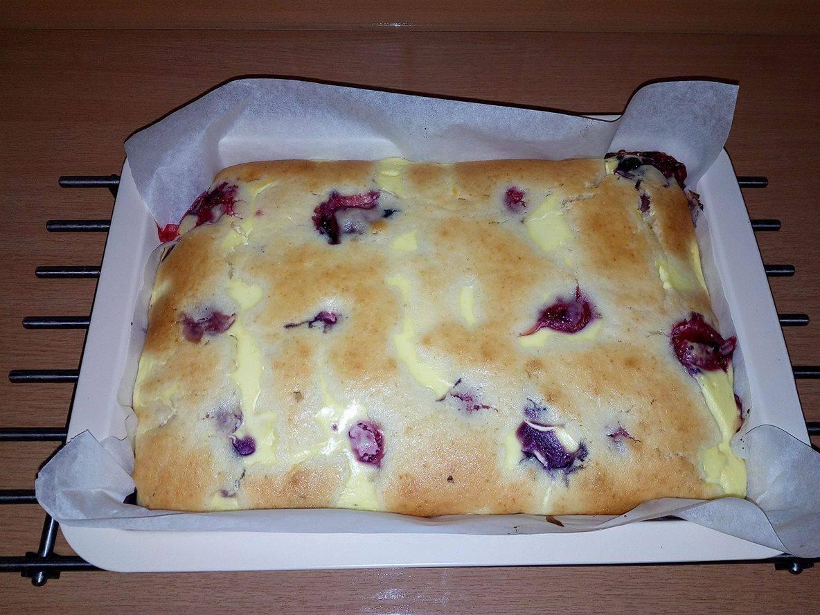 Tvarohový ovocný koláč se zakysanou smetanou