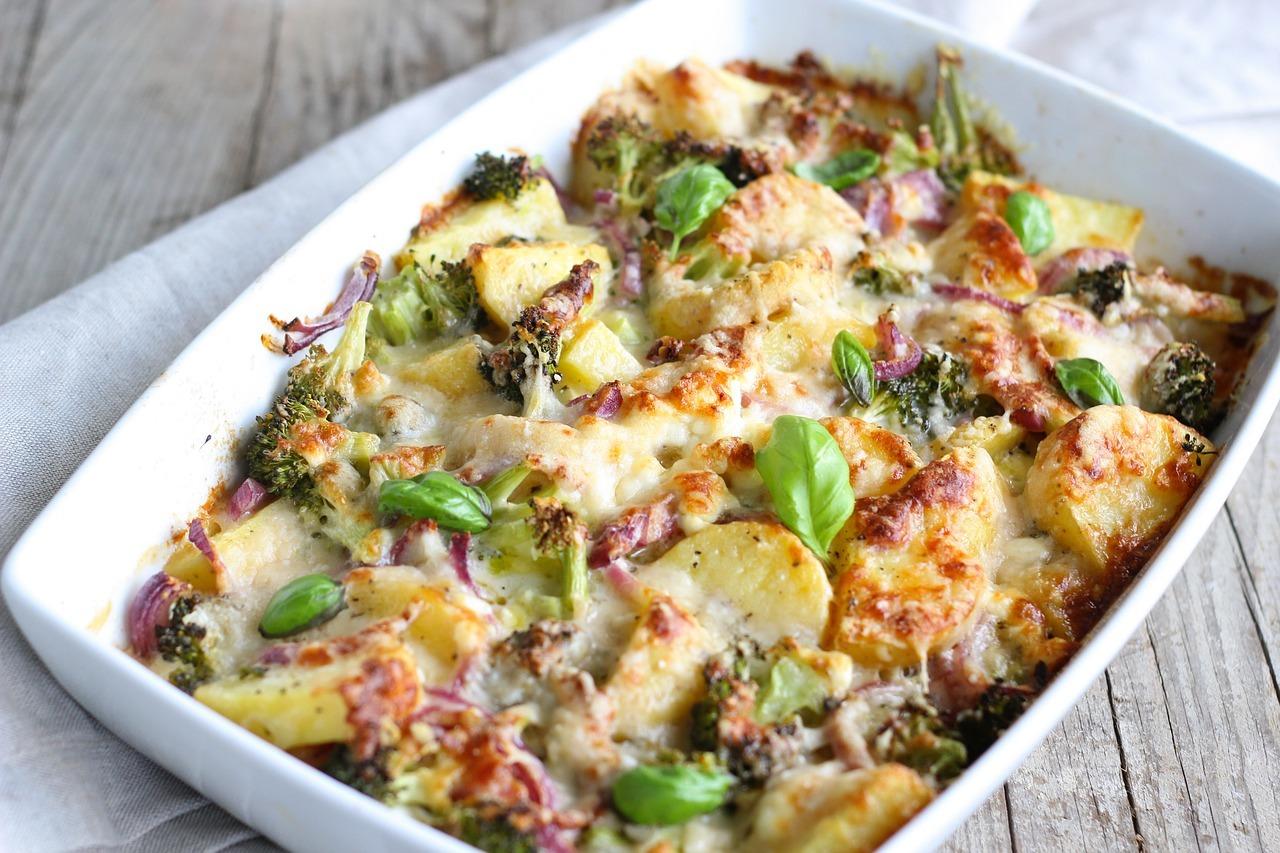 Brambory zapékané s brokolicí a sýrem