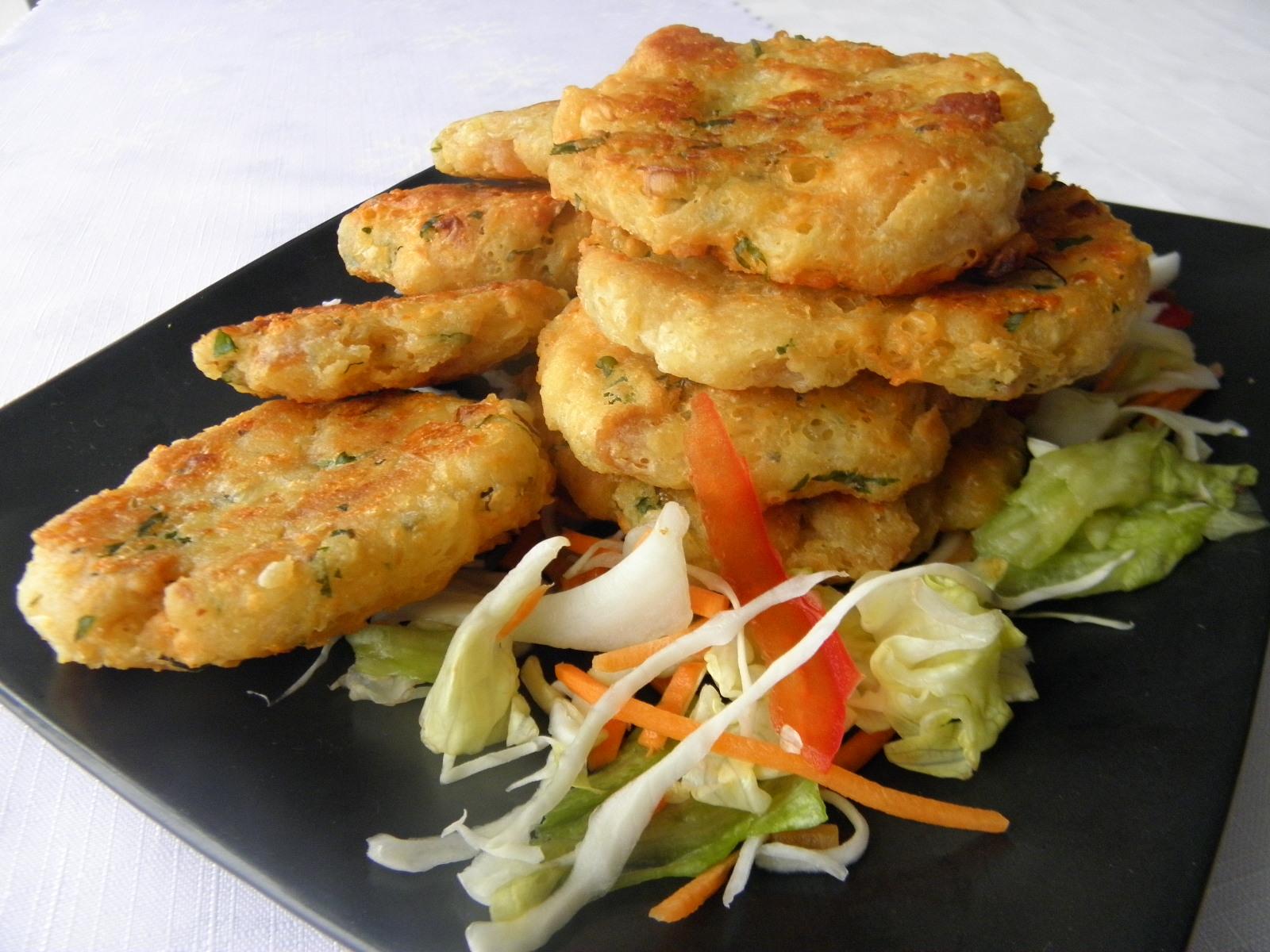 Fotografie receptu: Smažené žemlové placičky se sýrem