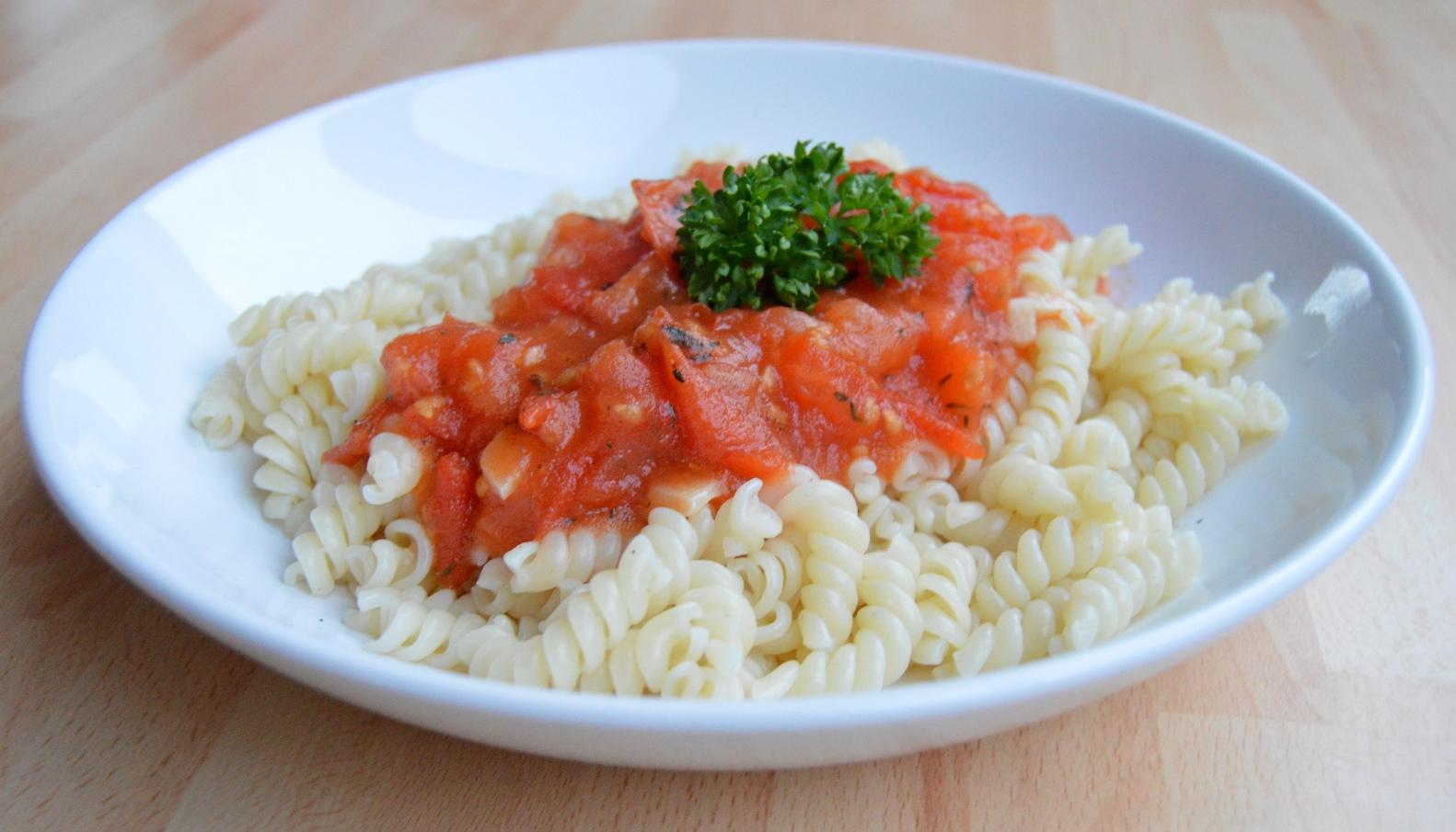 Těstoviny s rajčatovo-česnekovou omáčkou