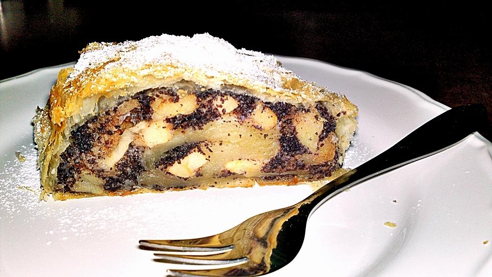 Jablkovo-makový štrúdl s opraženými ořechy