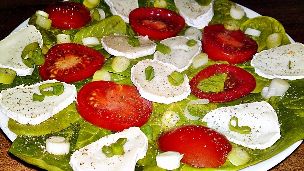 Salát ze špenátu, kozího sýra, jarní cibulky a rajčat