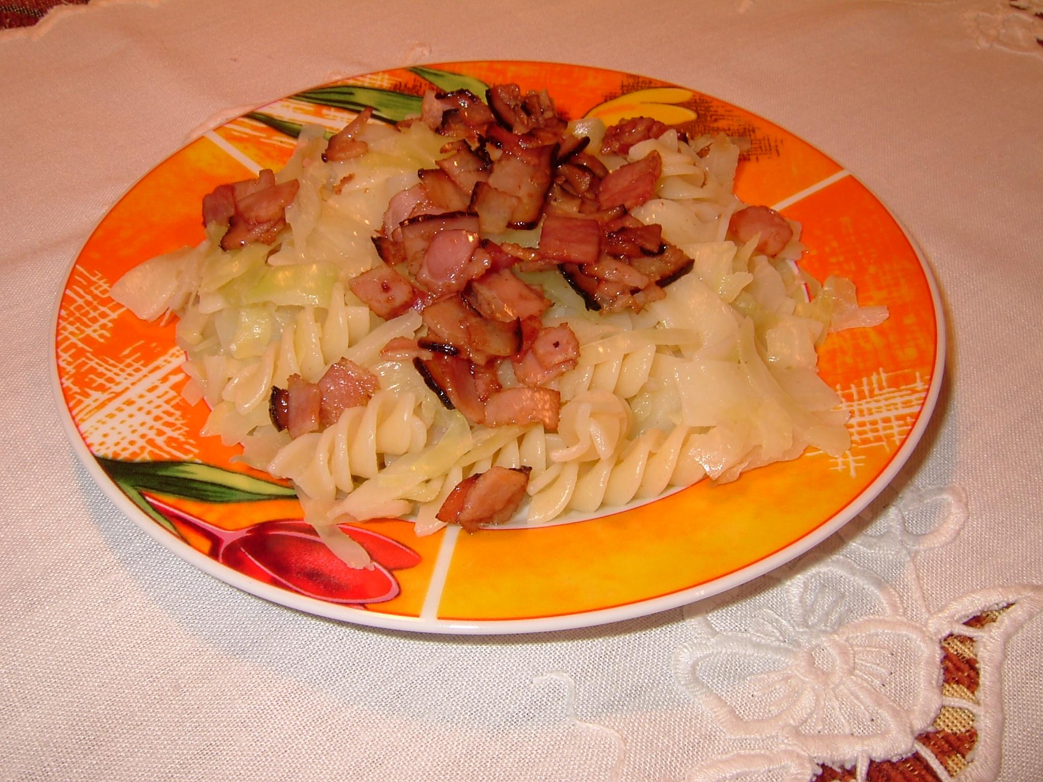 Těstoviny se zelím a anglickou slaninou