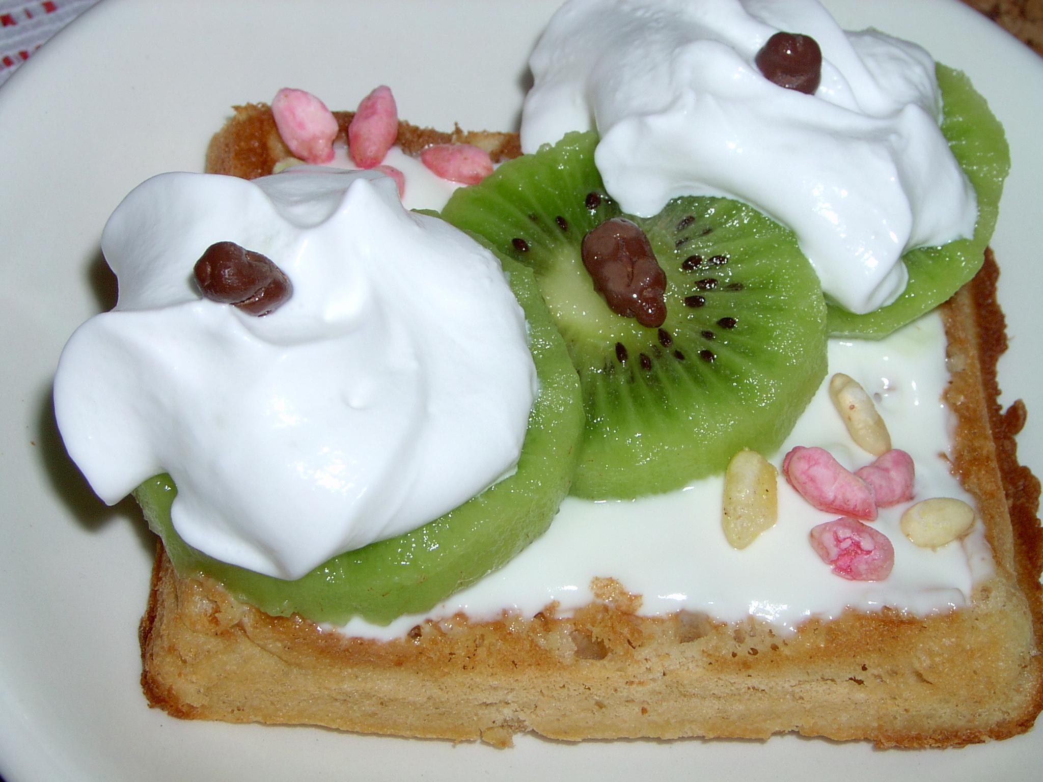 Jemné oříškové vafle s plátky kiwi