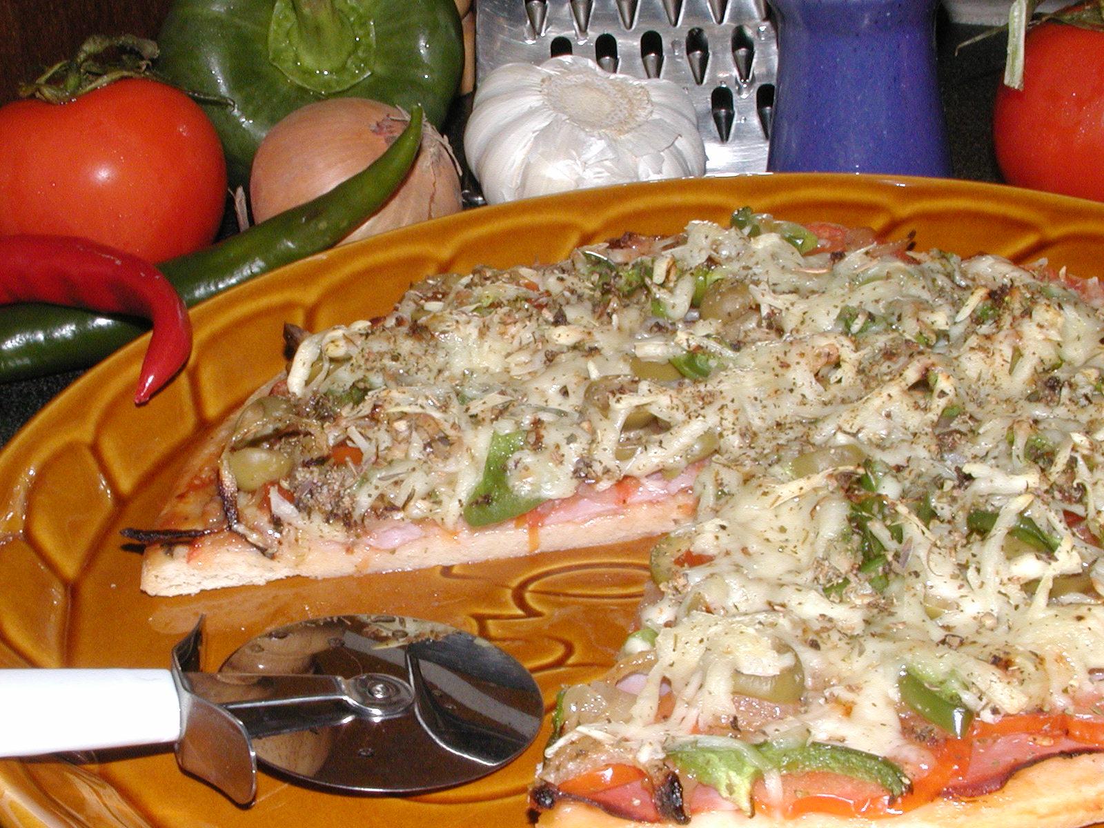 Pizza se šunkou, olivami a feferonkami