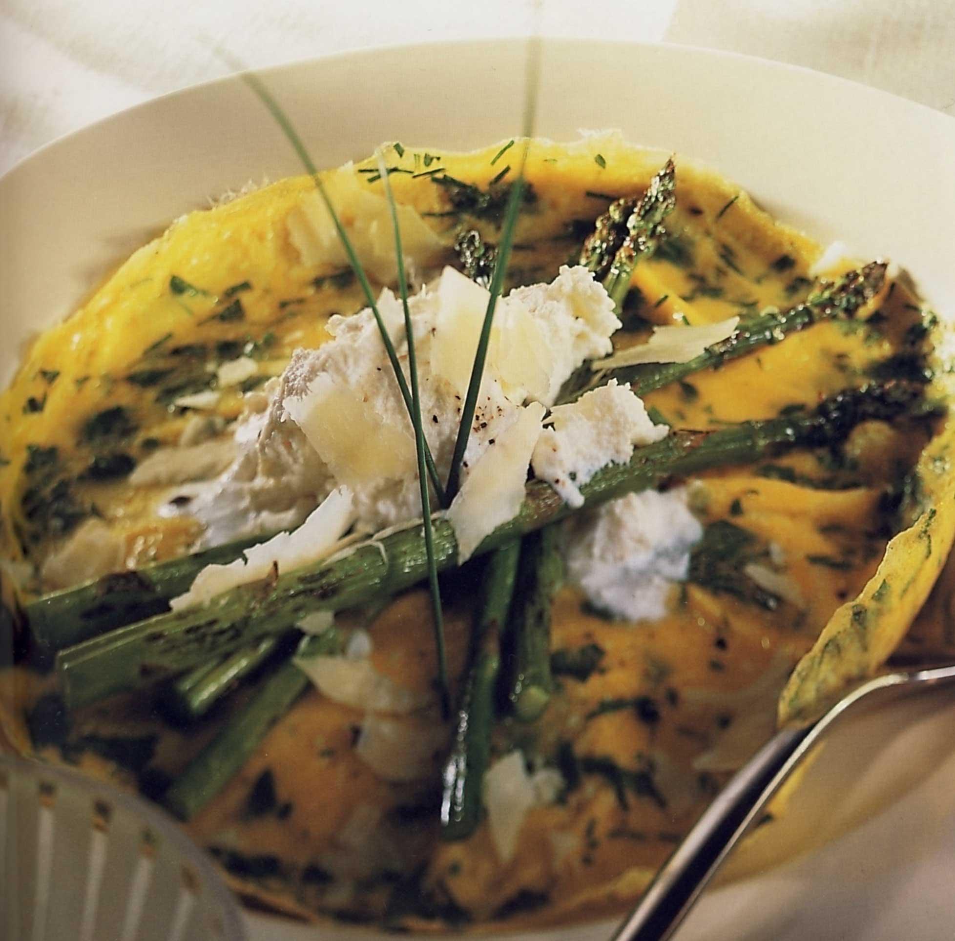 Bylinková omeleta s chřestem a sýrem ricotta
