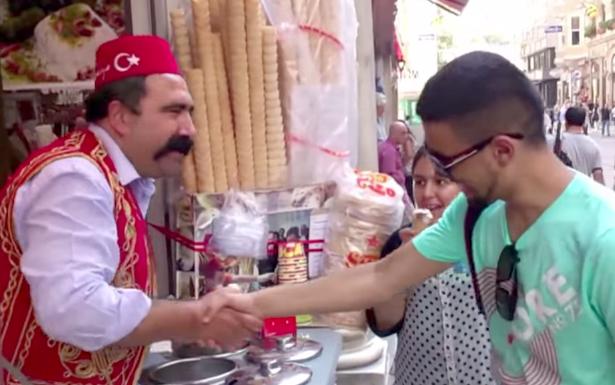 Turecký zmrzlinář se smyslem pro humor