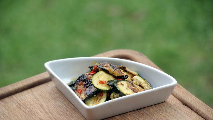 Recept na grilované smetanové brambory a cuketový salát
