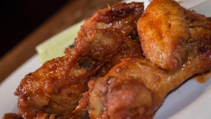 Křupavá kuřecí křidélka ve sladké pikantní omáčce