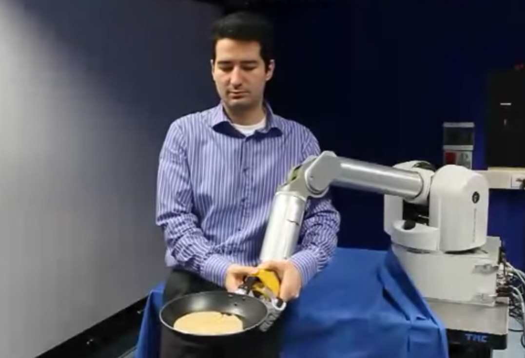 Robot se učí obracet palačinku